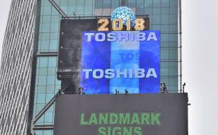 米ニューヨークの繁華街タイムズスクエアで撤去作業が始まった東芝の巨大広告スクリーン(19日)=共同