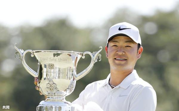 逆転優勝でツアー3勝目を挙げた時松隆光(20日、小野東洋GC)=共同