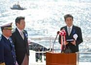 海上保安制度創設70周年記念観閲式を視察後、あいさつする安倍首相(20日午後、東京湾の巡視船「やしま」)=代表撮影