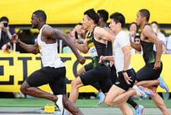 男子100メートル 力走する2位の山県亮太(左から2人目)、4位の桐生祥秀(右から2人目)ら。左端は10秒06で優勝したジャスティン・ガトリン(20日、ヤンマースタジアム長居)=共同