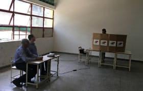 20日、有権者の姿がまばらなカラカス市内の投票所