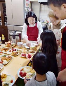 子どもたちに温かい食事を提供する「にしなり☆こども食堂」(大阪市西成区)