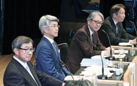 討論する(左から)淡輪、藤原、早川、岩田の各氏(21日午後、東京・大手町)