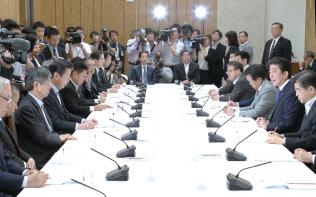 首相官邸で開かれた政府・与党連絡会議(21日午後、首相官邸)
