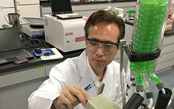食品に応用する機能性物質を分析するクラシエの研究員