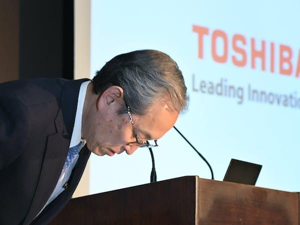 決算発表に臨む東芝の綱川社長(2017年4月、東京都港区)