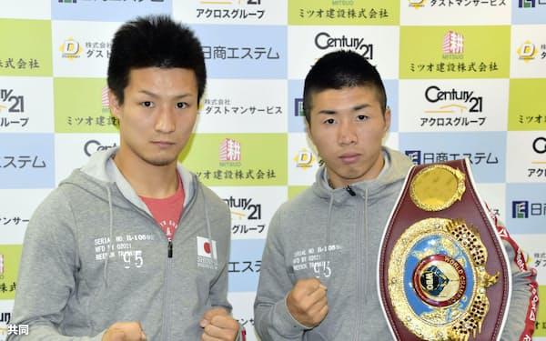 記者会見を終え、ポーズをとるWBOミニマム級王者の山中竜也(右)と、WBOアジアパシフィックライトフライ級2位の小西伶弥(21日、神戸市)=共同
