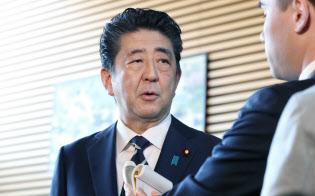 報道陣の質問に答え、加計理事長との面会を否定する安倍首相(22日午前、首相官邸)
