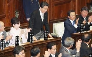 衆院本会議で在職25年議員の紹介を受ける安倍首相(22日午後)