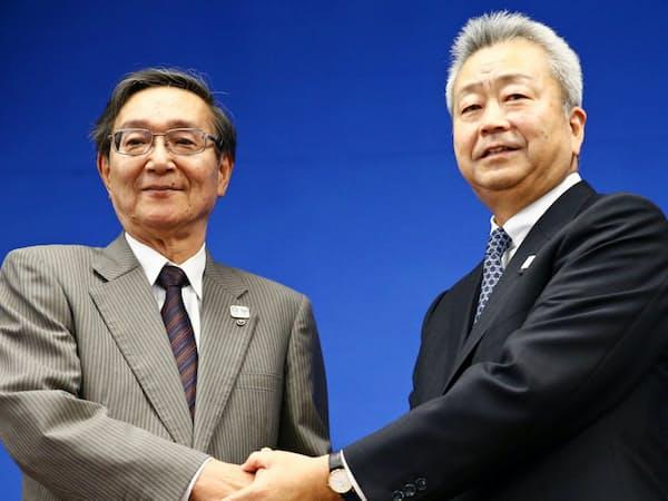 NTTは次期社長の澤田純副社長(右)の下で海外展開を急ぐ(11日、東京都千代田区。左は鵜浦博夫社長)