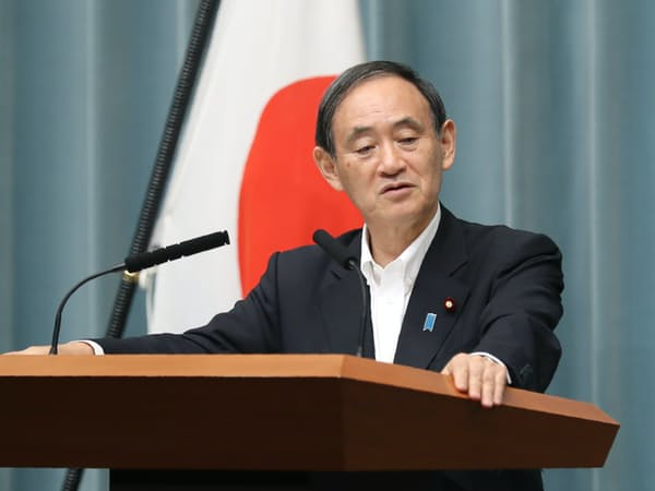 記者会見する菅官房長官(21日午後、首相官邸)