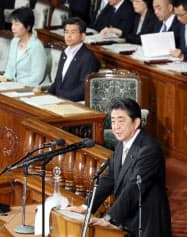 衆院本会議で答弁する安倍首相(22日午後)