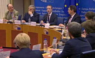 22日、欧州議会で個人情報の不正流出問題などについて説明するフェイスブックのザッカーバーグCEO(ブリュッセル)=ロイター