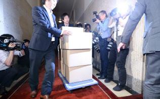 国会に運び込まれた森友学園との交渉記録などが入った段ボール箱(23日午前)
