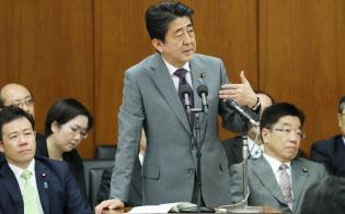 衆院厚労委で答弁する安倍首相(23日午後)