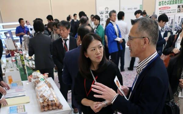 3行が連携して顧客企業の支援などに力を入れる(大阪市の会場)