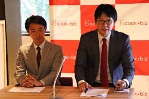 記者会見を開いたクックビズの藪ノ賢次社長(右)=23日、福岡市中央区