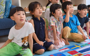 スカイプを使って離れた場所にいる人たちと会話する園児。世界とつながることでコミュニケーション能力を磨く(東京都大田区のポピンズナーサリースクール馬込)=伊藤航撮影