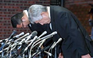 23日夜、記者会見で謝罪する日大の内田正人前監督(右)と井上奨コーチ。指導陣と選手とのコミュニケーション不足が問題をこじらせた