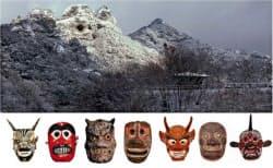 奇岩霊窟「鬼城」(写真上、大分県豊後高田市)と、周辺地域に残る鬼の面=文化庁提供