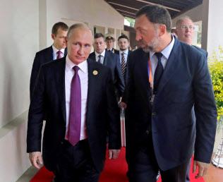 デリパスカ氏(右)とロシアのプーチン大統領=AP