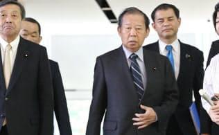安倍首相との会談を終えた自民党の二階幹事長(24日午後、首相官邸)