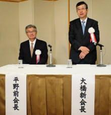 コマツ大橋社長(右)が建機工会長に就任した(東京・港)