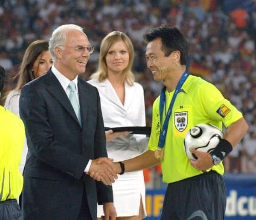 ベッケンバウアー(左)は監督としても優勝カップを手にした