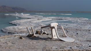干上がり塩の結晶が露出した死海南部のリゾート。観光客の姿もまばらだ(4月、イスラエルのネベゾハール)
