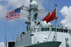 2016年のリムパックに参加した中国軍艦は米中両国の国旗を掲げた=ロイター