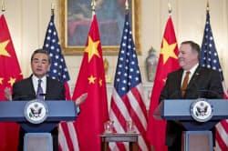中国の王毅外相は共同記者会見で米国の対応に不快感を示した=AP