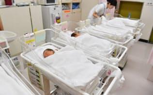 厚生労働省は菅義偉首相の指示を受け、不妊治療に保険を適用する検討に入った