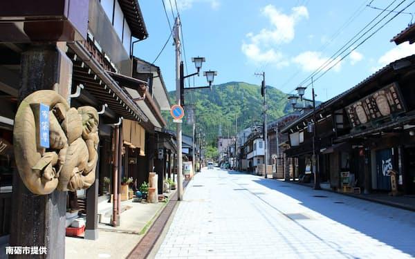 井波の街並みと飾られた井波彫刻=南砺市提供
