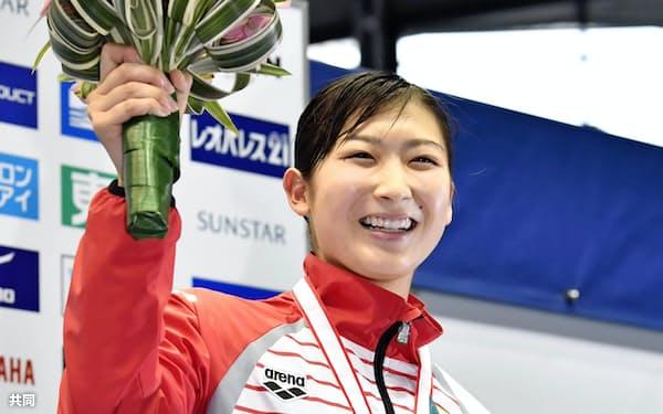女子50メートルバタフライを日本新記録で制し、歓声に応える池江璃花子(24日、東京辰巳国際水泳場)=共同