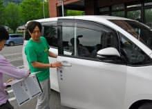 ライドシェアの配車手順を予行練習する登録ドライバー(兵庫県養父市)