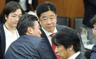 加藤厚労相(中)の不信任決議案が提出され、審議がストップした衆院厚労委(25日午前)