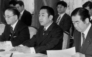 行革会議の初会合で21世紀の国会機能のあり方、中央省庁再編、官邸機能強化の三つをテーマに審議を進め1年以内に成案をまとめる方針を発表する行革会議会長の橋本龍太郎首相(中央)=1996年11月28日午前、首相官邸