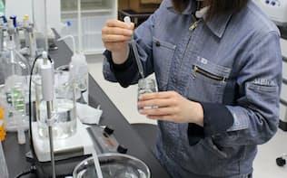 白神山地の豊富な植物から化粧品に役立つ成分を探し出す(17日、秋田県藤里町のアルビオン白神研究所)