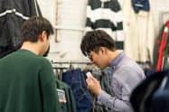 韓国で「イリー」を使い値下げ交渉する平岡さん(右)