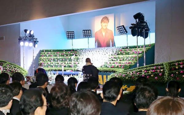 大勢の人が参列した西城秀樹さんの通夜。奥は遺影が飾られた祭壇(25日午後、東京都港区の青山葬儀所、代表撮影)=共同