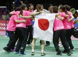 優勝し喜ぶバドミントンの日本女子=AP