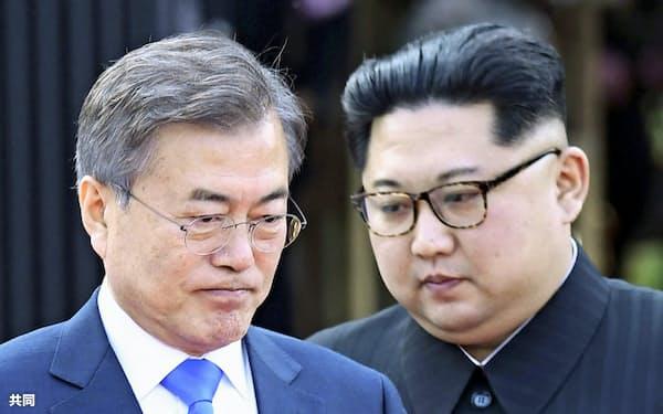 板門店宣言に署名後、共同発表に臨む韓国の文在寅大統領(左)と北朝鮮の金正恩朝鮮労働党委員長=27日、板門店の韓国側施設「平和の家」=韓国共同写真記者団・共同