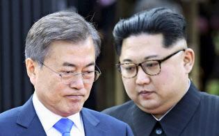 韓国の文在寅大統領(左)と北朝鮮の金正恩朝鮮労働党委員長(4月27日、韓国共同写真記者団・共同)