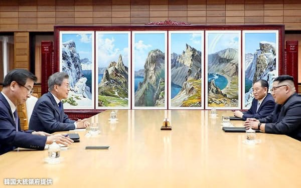 26日、板門店で会談する韓国の文在寅大統領(左から2人目)と北朝鮮の金正恩朝鮮労働党委員長=韓国大統領府提供