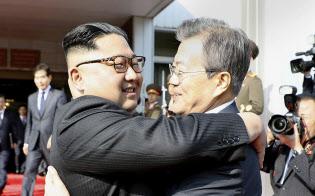 26日、板門店で抱き合う韓国の文在寅大統領(右)と北朝鮮の金正恩朝鮮労働党委員長=韓国大統領府提供