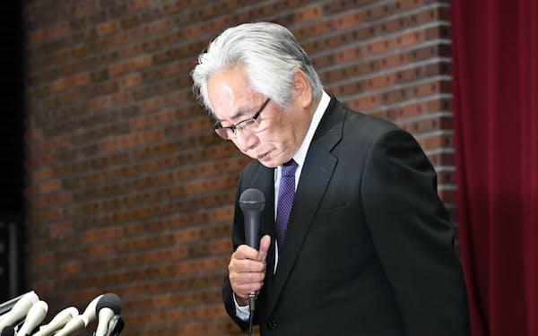 日本大学の大塚学長は25日の記者会見で頭を下げた(東京都千代田区)