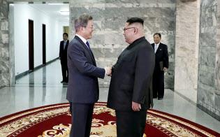 26日、板門店で会談した韓国の文在寅大統領(左)と北朝鮮の金正恩委員長=韓国大統領府提供