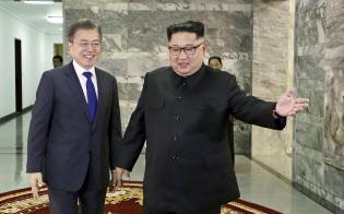 26日、板門店で会談する南北首脳=韓国大統領府提供