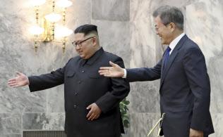 板門店で会談する南北首脳(26日、韓国大統領府提供)