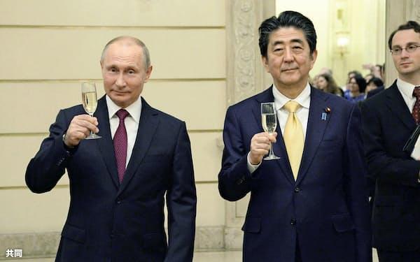 モスクワのボリショイ劇場で乾杯するロシアのプーチン大統領(左)と安倍首相=26日(共同)